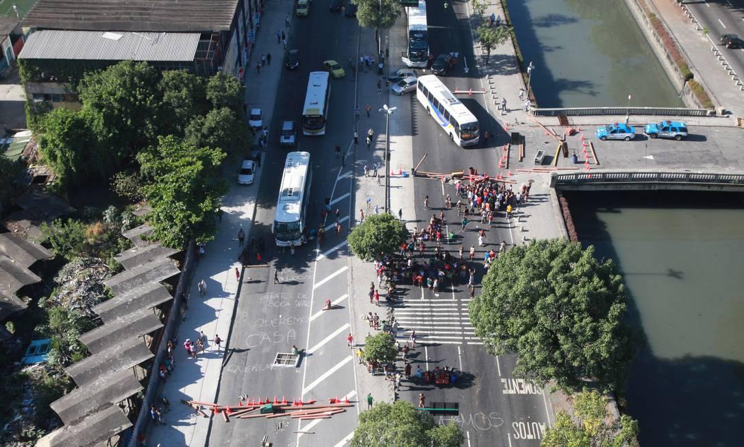 A Avenida Francisco Bicalho foi fechada por manifestantes no sentido Rodoviária/Avenida Brasil e Ponte Rio-Niterói Foto: Genilson Araújo / Agência O Globo