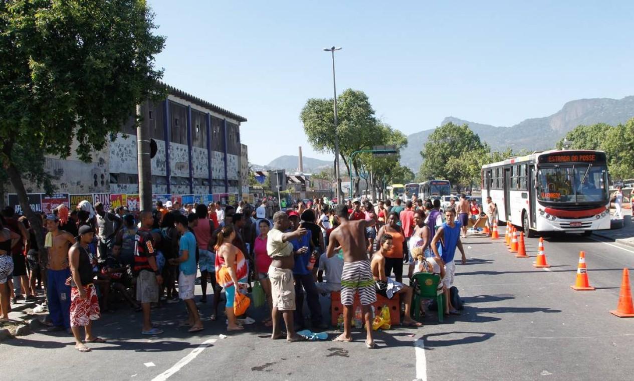 RI 26/02/2014 - Manifestacao interdita parte da francisco bicalho. Foto Marcelo Carnaval / Agencia O GLobo Foto: Alexandre Cassiano / Agência O Globo
