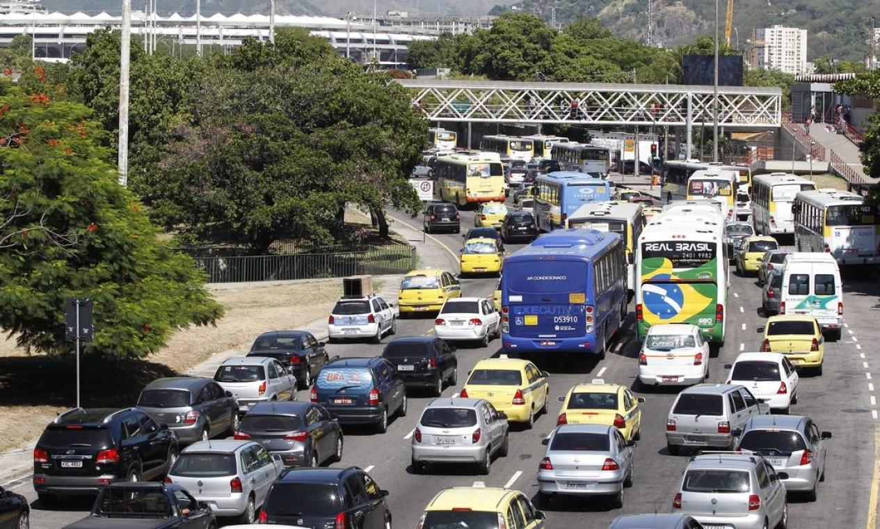 RI Rio de Janeiro (RJ) 26/02/2014 Transito lento na Radial Oeste por causa de uma manifestação na francisco Bicalho Foto Pablo Jacob / Agencia O Globo Foto: Pablo Jacob / Agência O Globo