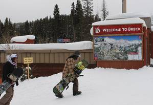 Praticante de snowboard chega à área do Pico 9 na estação de esqui Breckenridge Foto: Fernanda Dutra / O Globo