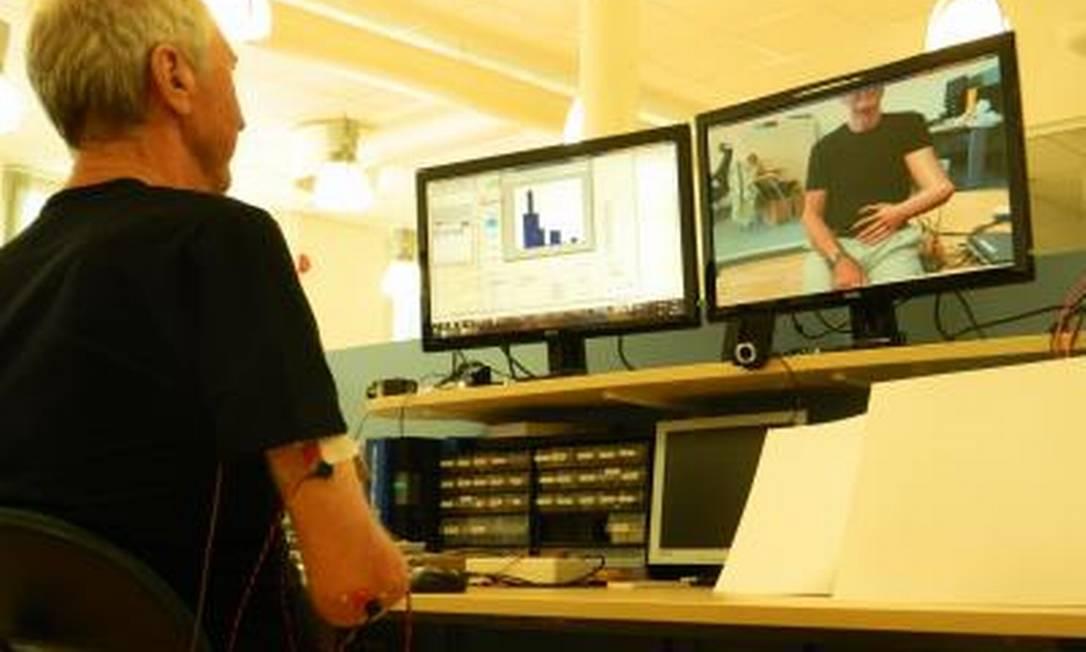 Paciente com braço amputado controla membro virtual em tela de realidade aumentada a partir de sensores em seus músculos: método produziu alívio das dores que ele sentia há 48 anos Foto: Divulgação