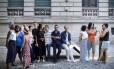 O artista (de calça clara e casaco azul) ao lado de o produtor e diretor da mostra, Asad Raza (de braços cruzados), entre os participantes da obra 'Essas associações'