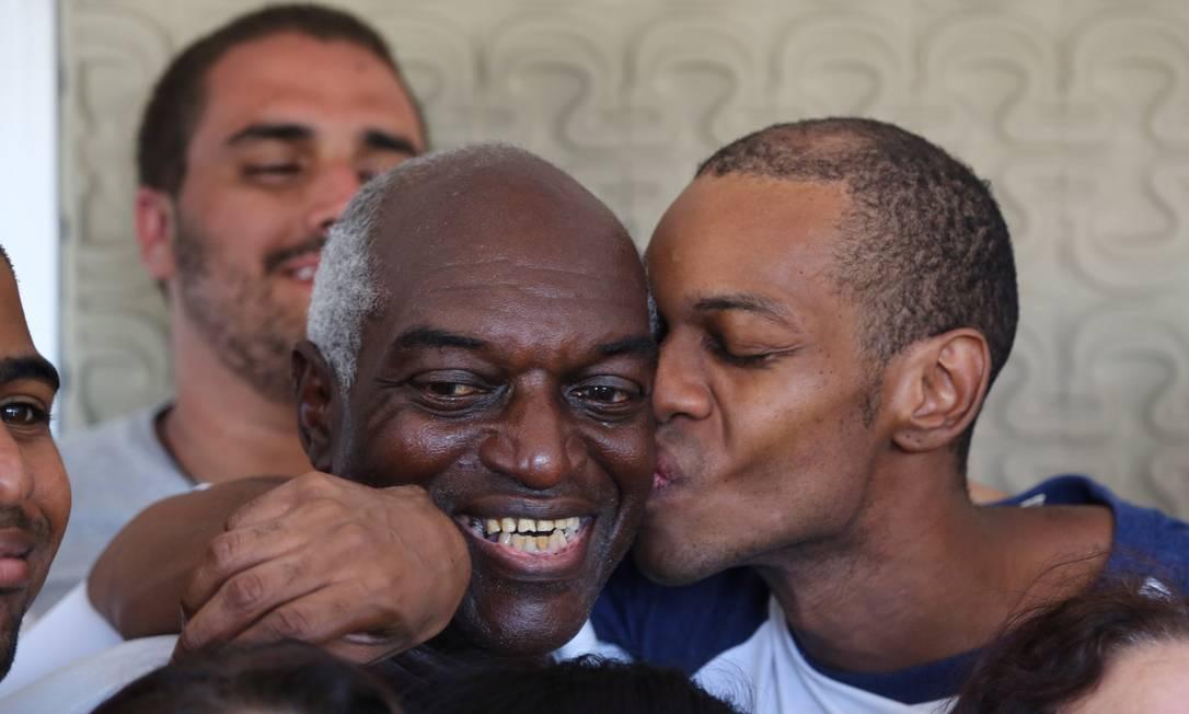 Vinícius Romão beija o pai, que lutou por sua liberdade: ator foi preso injustamente Foto: Thiago Lontra / Agência O Globo