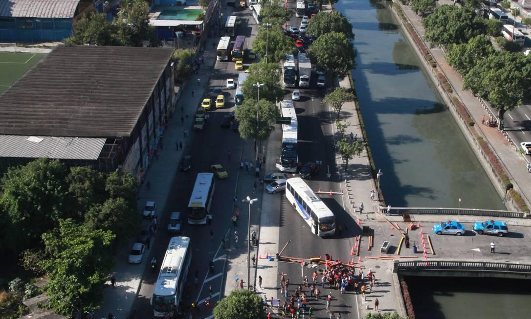 Manifestação interrompeu o trânsito na Avenida Francisco Bicalho na manhã desta quarta-feira Foto: Genilson Araújo