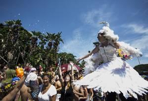 Orquestra Voadora vai trazer 20 pernas-de-pau e acrobatas para o desfile de 2014 Foto: Paulo Giolito / Arquivo O Globo - 13/02/2103