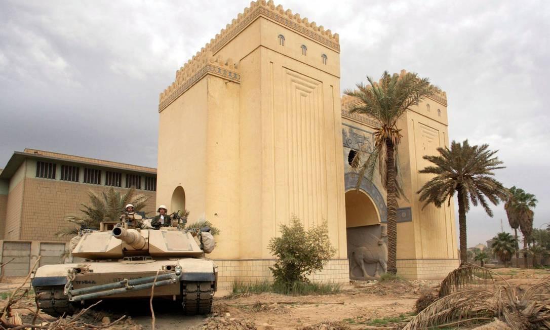 Tanque de guerra americano toma posição em frente ao Museu Nacional de Bagdá durante a invasão americana Foto: Gleb Garanich / REUTERS/16-4-2003