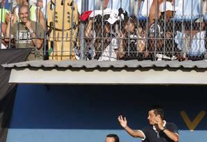 O técnico do Vasco, Adilson Batista, orienta o time na partida contra o Madureira Foto: Alexandre Cassiano / Agência O Globo