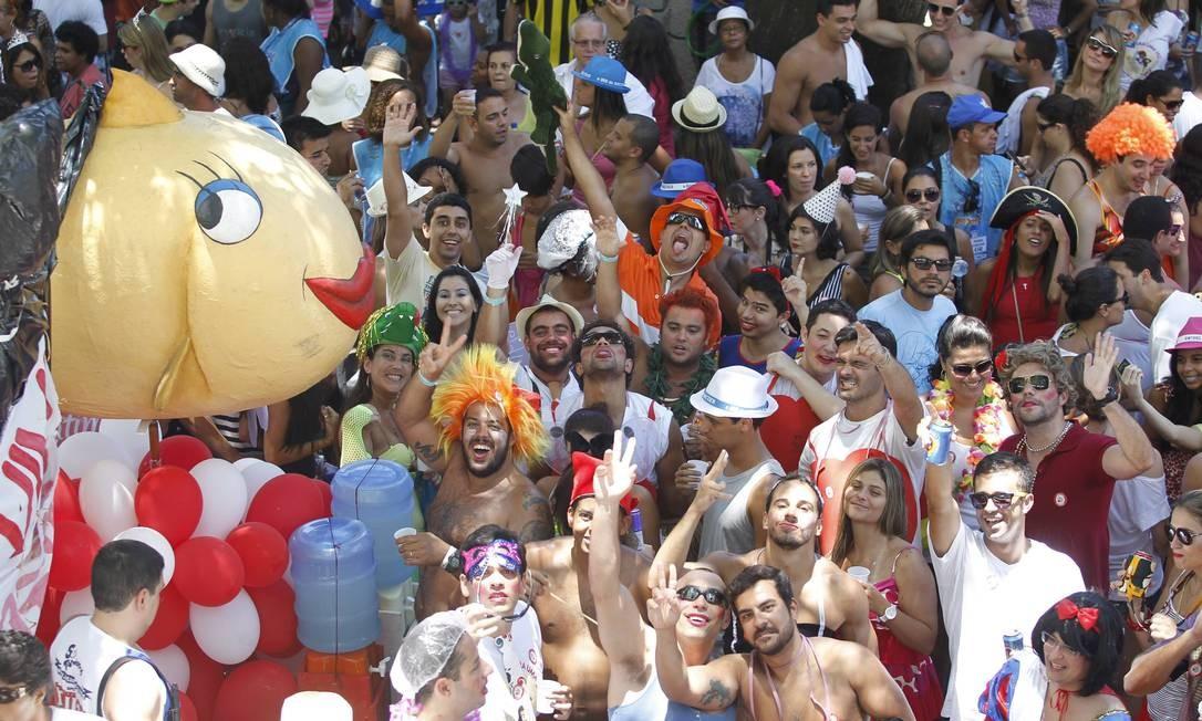 Bloco Calma, Calma sua Piranha, desfila em Botafogo Foto: Marcelo Carnaval / Arquivo O Globo