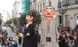 Bonecos gigantes de Portugal abriram o 46a desfile de carnaval de Lalín, cidade espanhola na Galícia a 50 quilômetros de Santiago de Compostela