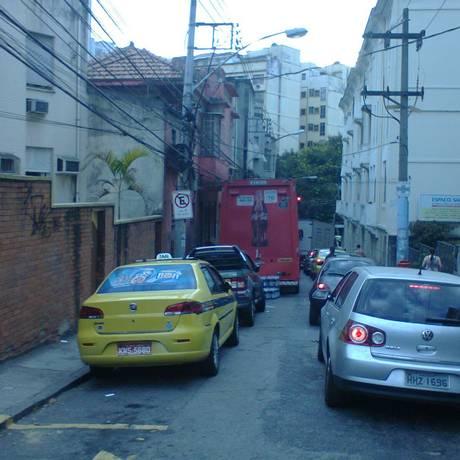 Caminhão fica parado à esquerda da via, atrapalhando o tráfego Foto: Leitor Alex Dub / Eu-Repórter