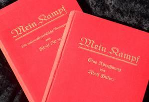 """Os dois exemplares raros de """"Mein Kampf"""" assinados pelo então jovem líder Adolf Hitler leiloadas esta semana Foto: FREDERIC J. BROWN / AFP/25-2-2014"""
