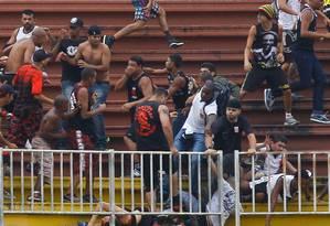 Briga entre torcedores do Vasco e do Atlético-PR na última rodada do Campeonato Brasileiro Foto: Pedro Kirilos / O Globo