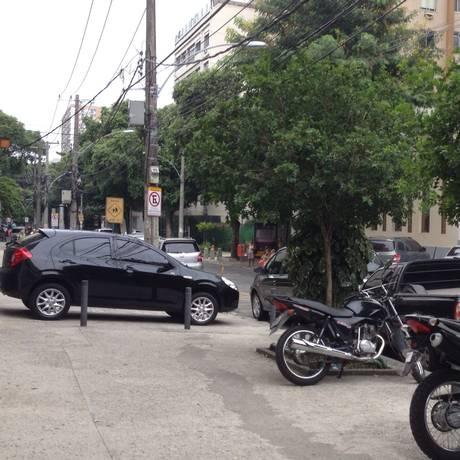Carro estacionado irregularmente na Rua Morais e Silva, no Maracanã Foto: Leitora Sandra Oliveira / Eu-repórter