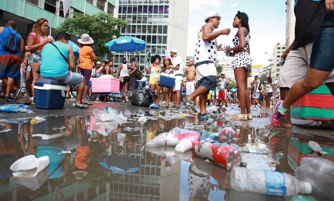 Sujeira ao final do desfile do Bloco do Cordão da Bola, na Avenida Rio Branco Foto: Pedro Teixeira/Agência O Globo