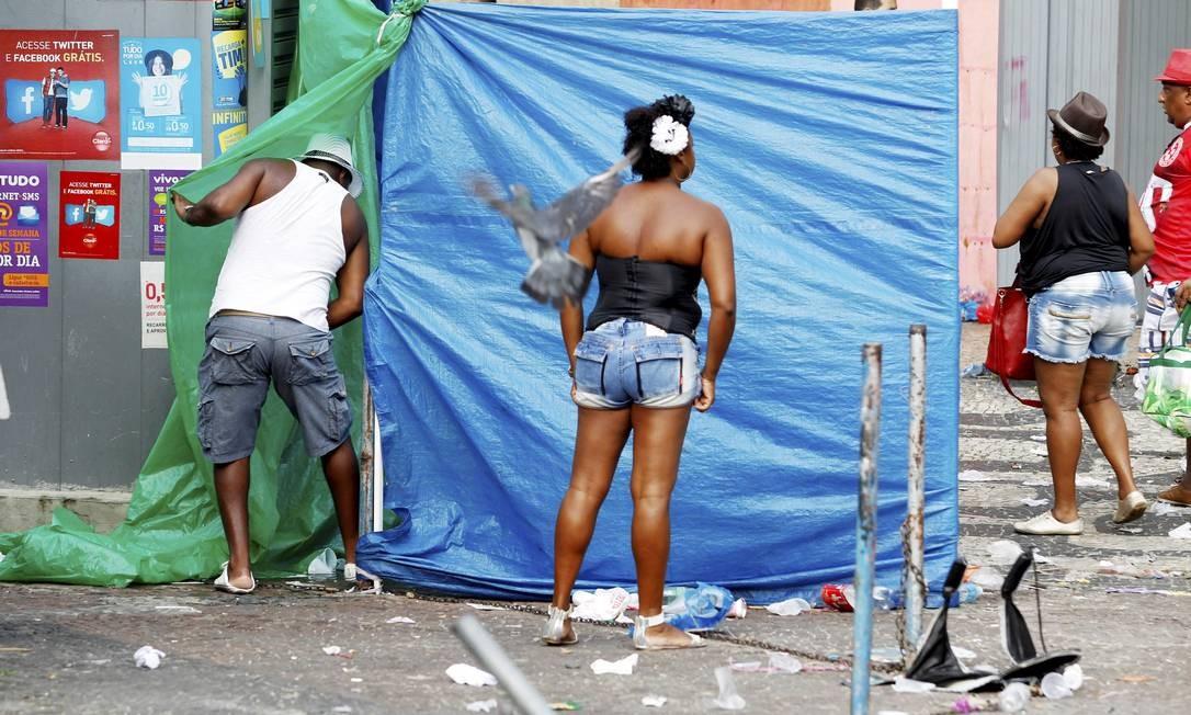 Um banheiro improvisado com plásticos ao lado de uma banca de jornal no Largo da Carioca ... Foto: Gustavo Miranda / O Globo
