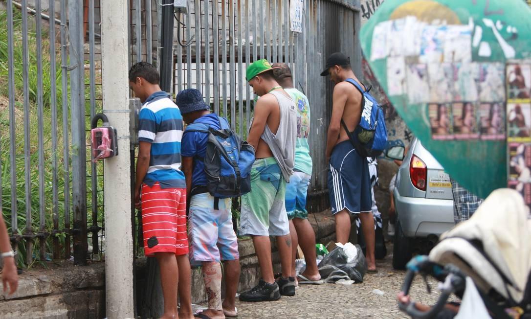 Jovens fazem xixi no fim do desfile Foto: Pedro Teixeira / O Globo