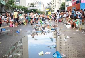 A rua ficou coberta de lixo após a passagem do Bola Preta Foto: Pedro Teixeira / O Globo