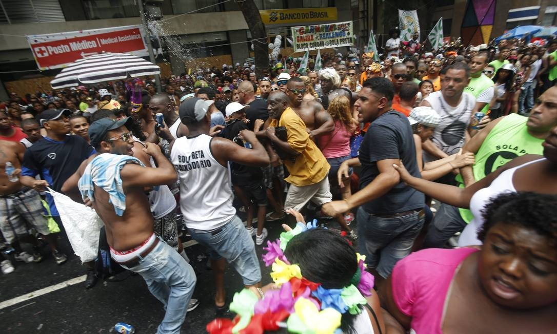 Briga durante o desfile do Bola Preta pelas ruas do Centro do Rio Foto: Hudson Pontes / O Globo