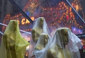 Estatuetas do Oscar cobertas antes da cerimônia Foto: ADREES LATIF / REUTERS