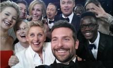 Selfie postada no Twitter de Ellen DeGeneres ultrapassou 2 milhões de retweets e bateu recorde da rede social. Apresentadora ainda brincou: 'Ah, se Bradley Cooper tivesse o braço maior. Melhor foto de todos os tempos' Foto: Reprodução Twitter