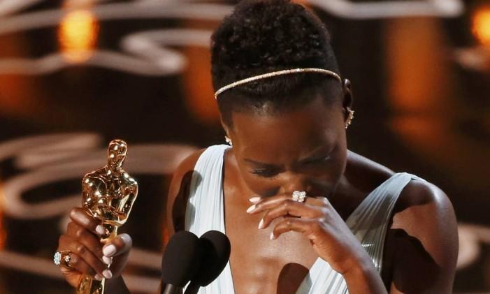 Emocionada durante o discurso de agradecimento, Lupita não segurou o choro Foto: LUCY NICHOLSON / REUTERS