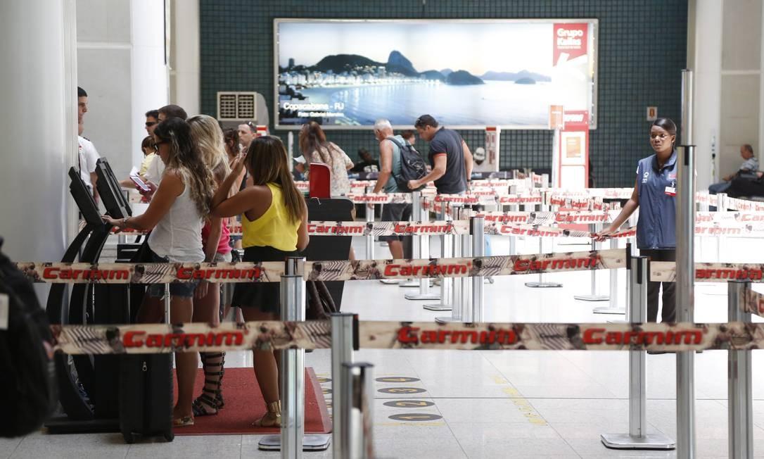 Movimento de passageiros no Santos Dumont: preços das passagens aéreas subiram 12,37% só este ano, de acordo com pesquisa feita pela Fundação Getulio Vargas Foto: Fabio Rossi / Fabio Rossi