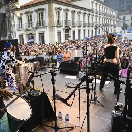 Mistura. Bloco Cru aliou bateria de carnaval a clássicos do rock Foto: Rapahel Dias/Riotur
