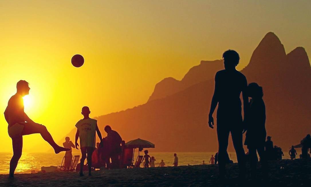 Jovens jogam altinho na Praia de Ipanema; Rio foi a capital brasileira com menor registro de chuvas em fevereiro Foto: Pedro Kirilos