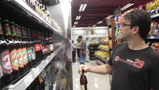 Oferta menor. Fã de cervejas alemãs, o servidor Alessandro Ferreira teve de mudar de marca, pois a sua predileta está em falta Foto: Jorge William