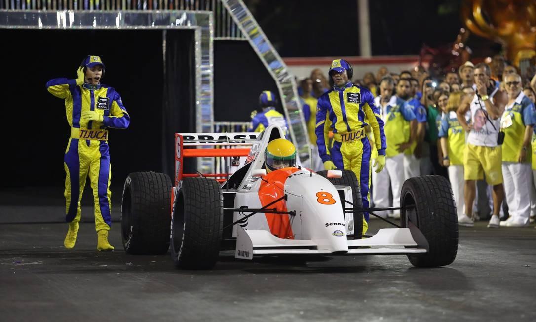 Carro que representa Ayrton Senna na comissão de frente da Tijuca Foto: Thiago Lontra / Agência O Globo