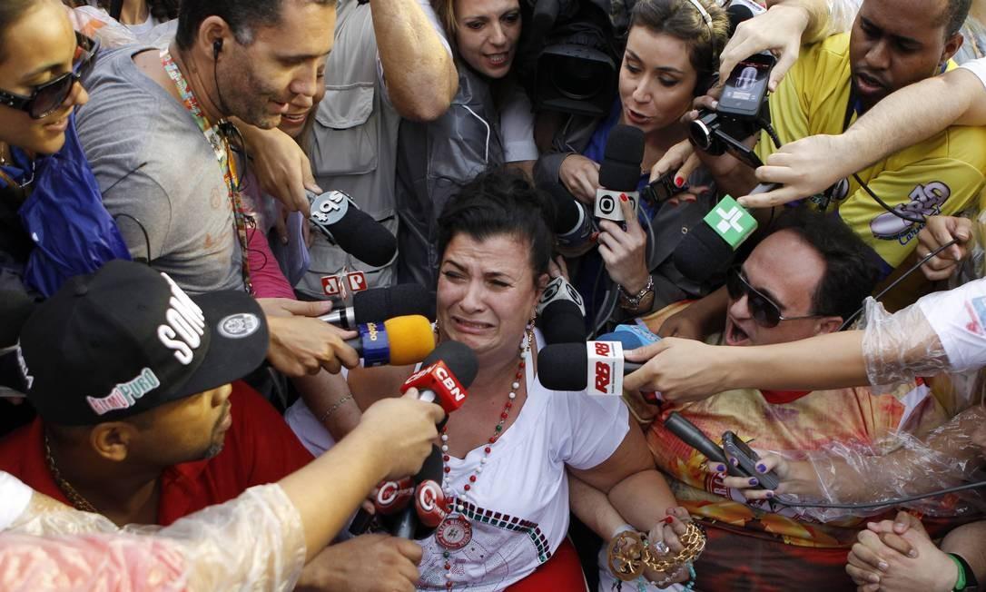 Solange Bichara, presidente da Mocidade Alegre, chora ao saber da vitória de sua escola no Parque do Anhembi Foto: Michel Filho / Agência O Globo