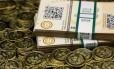 Algumas das moedas e vouchers em papel do Bitcoin criados pelo entusiasta Mike Caldwell Foto: Jim Urquhart / Reuters