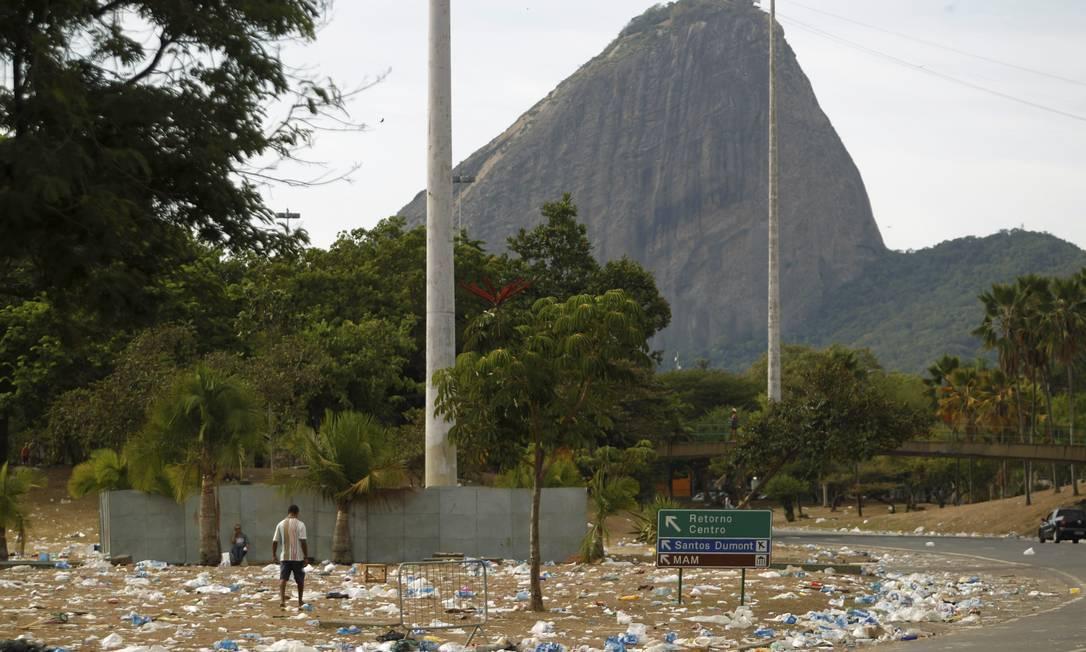 O Aterro do Flamengo tomado pelo lixo. Ao fundo, parte do Pão de Açúcar Foto: Gabriel de Paiva / Agência O Globo