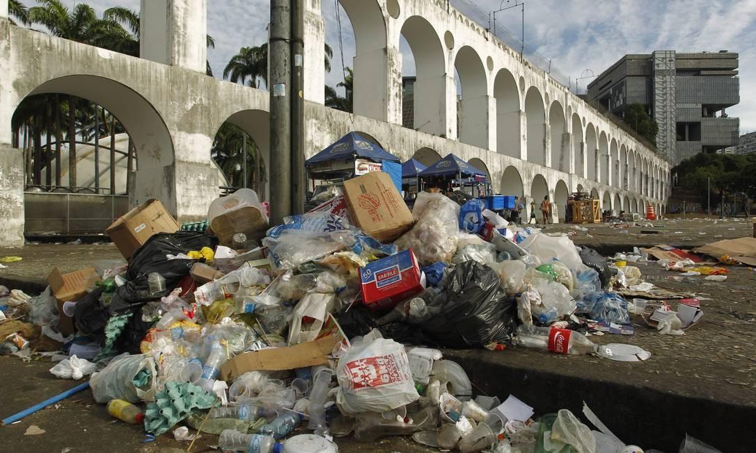 A montanha de lixo próximo aos Arcos da Lapa, devido à greve dos garis Foto: Gabriel de Paiva / Agência O Globo