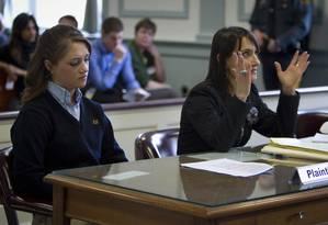 A estudante Rachel Canning (esquerda) com sua advogada durante audiência do processo que ela abriu contra seus pais Foto: CARLO ALLEGRI / REUTERS