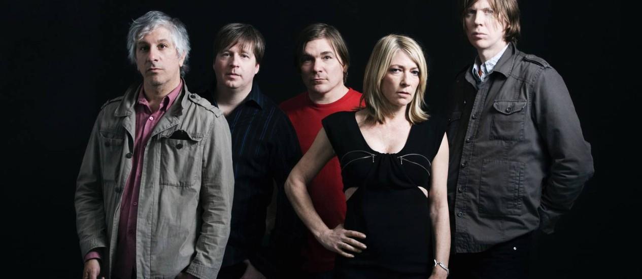 Kim Gordon e Thurston Moore (à direita) com os membros do Sonic Youth Foto: Agência O Globo