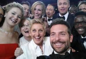 O mais famoso selfie da história, promovido por Ellen DeGeneres no Oscar 2014 Foto: Reprodução