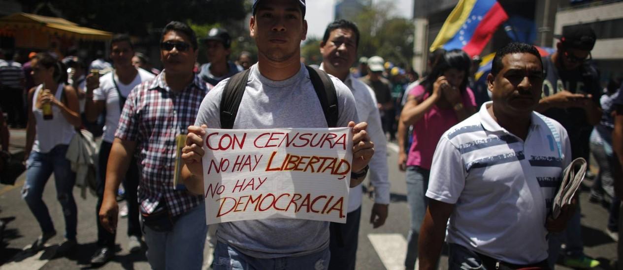 Manifestante pede liberdade durante protesto em Caracas Foto: TOMAS BRAVO / REUTERS