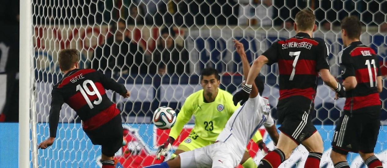 De camisa inspirada no Flamengo, a Alemanha enfrenta o Chile em Stuttgart: Mario Goetze (19) fez o único gol da partida Foto: MICHAEL DALDER / REUTERS