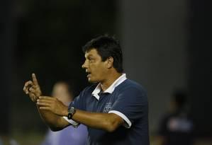 Adilson Batista, tecnico do Vasco, gesticula na partida contra o Resende Foto: Marcos Tristão / Agência O Globo