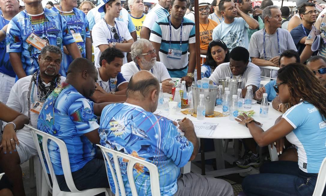 Laíla e integrantes da Beija-Flor acompanham a divulgação das notas na Sapucaí Foto: Agência O Globo / Guito Moreto