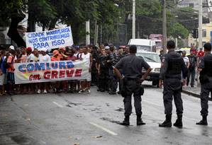 Policiais militares acompanham grevistas durante passeata na Tijuca Foto: Marcelo Piu / Agência O Globo