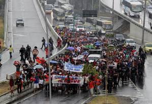Debaixo de chuva, garis grevistas caminham pela Avenida Presidente Vargas Foto: Marcelo Piu / Agência O Globo