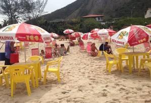 A utilização de mesas e cadeiras na areia da praia irritou moradores e frequentadores de Itacoatiara Foto: Reprodução da Internet / Agência O Globo