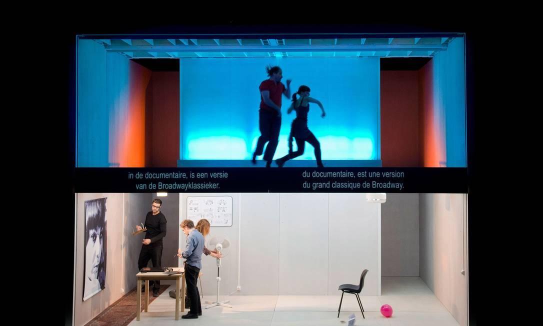 """""""Cineastas"""". Criação de Mariano Pensotti mistura histórias de quatro personagens a cenas de seus filmes, dividindo o palco entre a """"vida real"""" e as projeções Foto: Divulgação"""