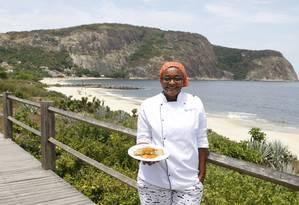 Tentação. A chef Thaís mostra o lombo de peixe com molho de camarão Foto: Eduardo Naddar