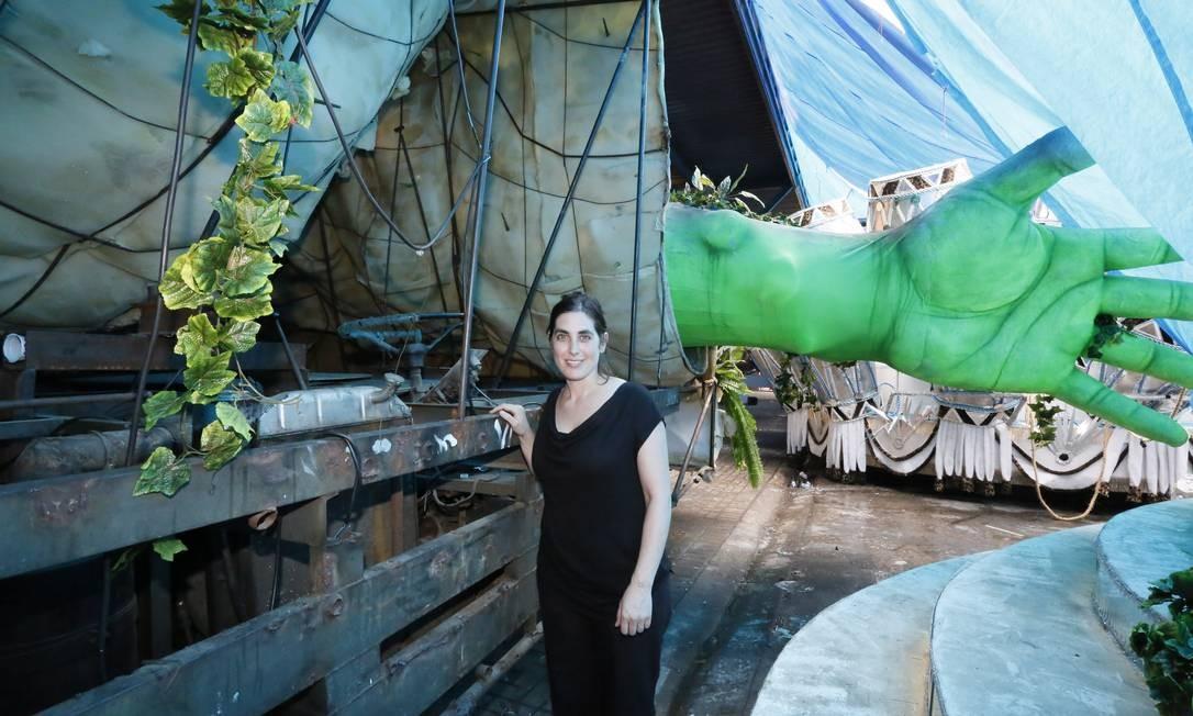 Gia Wolff estuda para mostrar os bastidores da arquitetura temporária dos carros alegóricos do Rio Foto: Marcos Tristão / O Globo