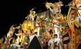 Comonentes com fantasia incompleta deixam roupa de baixo à mostra no abre-alas da Vila Isabel Foto: Gabriel de Paiva / Agência O Globo