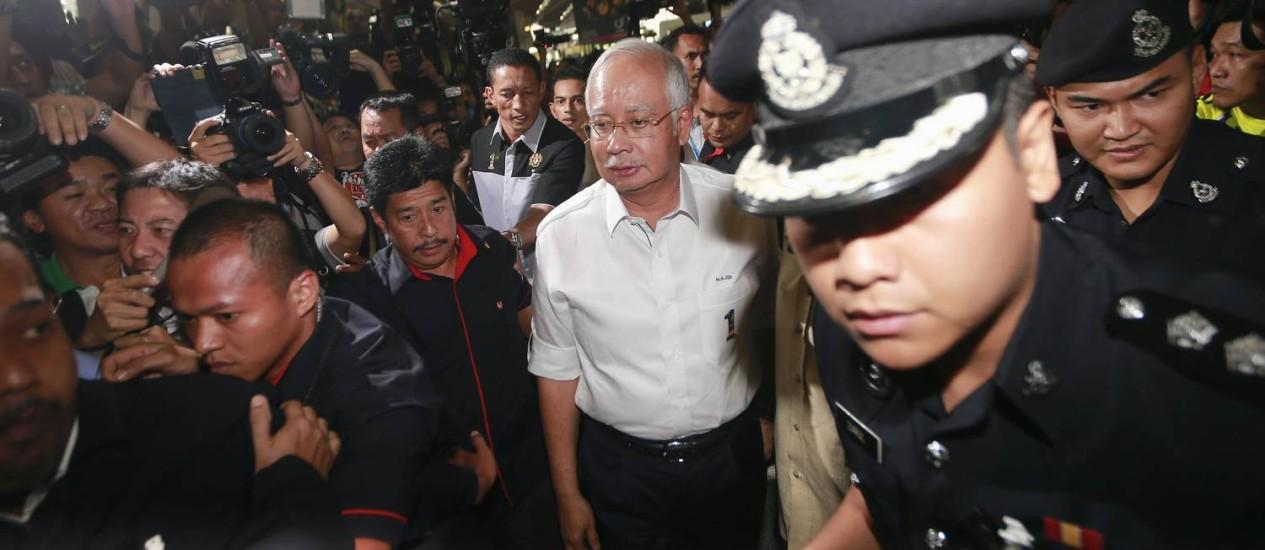 O primeiro-ministro da Malásia, Najib Razak, chega à área de espera para a família e amigos de passageiros a bordo do voo desaparecido da Malaysia Airlines Foto: SAMSUL SAID / REUTERS