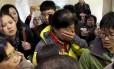 Parentes chegam a hotel em Pequim para aguardar notícias do voo MH370 da Malaysia Airlines
